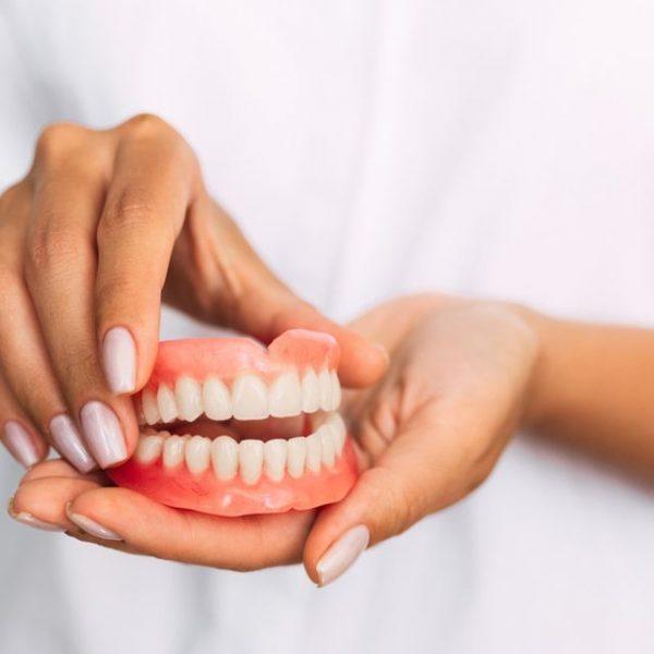 Mất hết răng thì làm răng giả như thế nào?