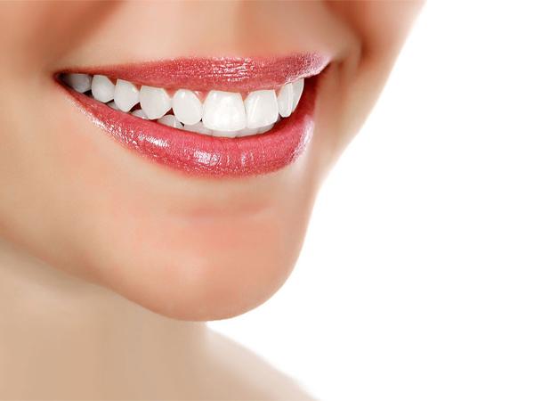 Cân nhắc lựa chọn về phủ răng sứ và đắp răng sứ trước khi làm đẹp
