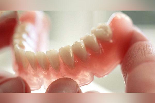 Chi phí làm răng giả tháo lắp nhựa dẻo giá bao nhiêu?