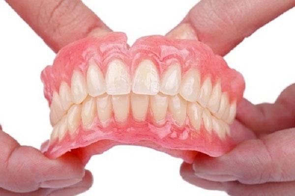 Răng giả tháo lắp nhựa dẻo là gì?