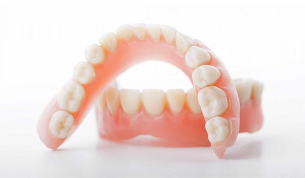 Trồng hàm răng tháo lắp là gì? Có mấy loại?