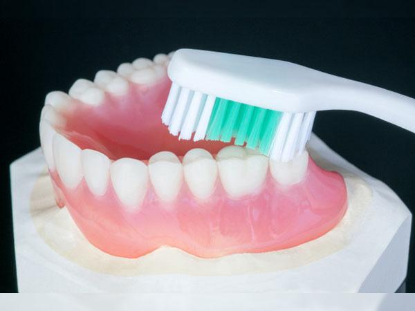 Cách vệ sinh răng giả tháo lắp